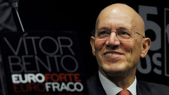 """O economista recorda que a tese que desenvolveu no ensaio para o Observador já estava esboçada no livro """"Euro Fraco, Euro Forte"""""""