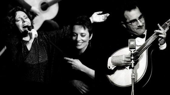 """O novo disco regista a festa de homenagem ao apresentador de fados e fadista Filipe Pinto (1905-1968), autor do """"Fado meia-noite""""."""