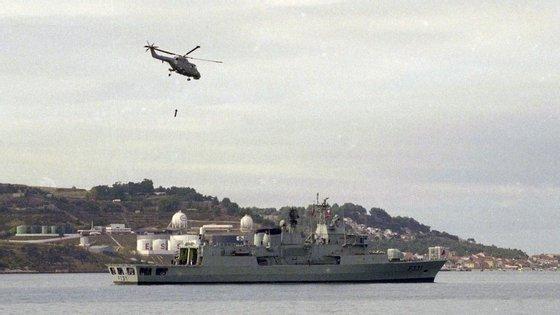 Navio zarpou da Base Naval do Alfeite, em Almada, com um helicóptero e cerca de uma dezena de embarcações