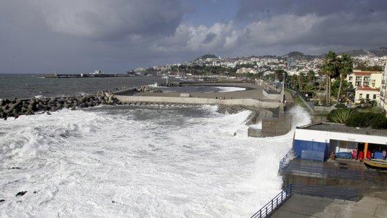 Costa norte da Madeira e a ilha do Porto Santo estão sob aviso vermelho