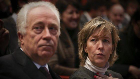 Ministra das Finanças diz que há divergências entre as previsões portuguesas e as