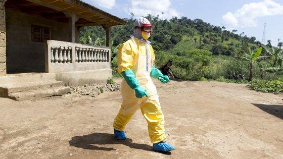 OMS diz que 16.169 pessoas já foram infetadas pelo vírus do Ébola, mas 5.929 destes casos ainda estão por confirmar