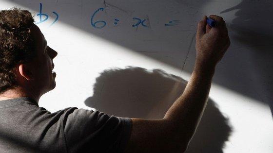 Num universo de 496 escolas com mais de 100 provas realizadas, 301 conseguiram uma nota média nos exames nacionais acima dos 10 valores