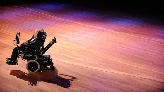 Stephen Hawking utiliza uma aplicação para falar que aprende como ele fala e que sugere que palavras usar a seguir