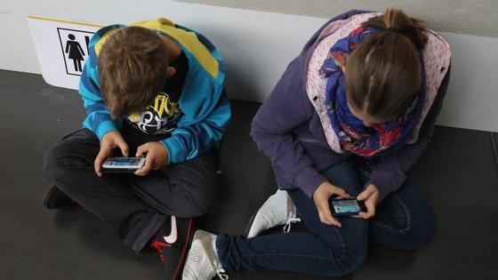 Jovens ao telemóvel