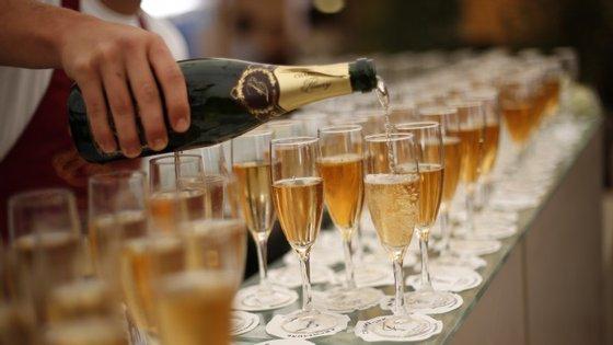 O champanhe pode ajudar a retardar doenças degenerativas cerebrais como a demência.