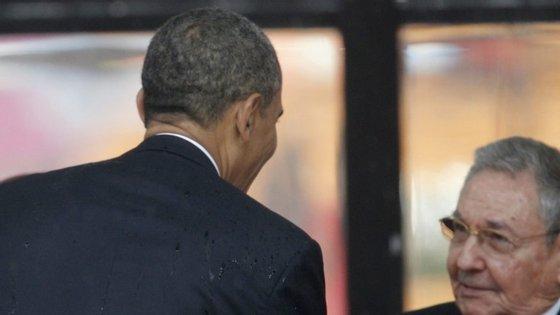 Obama e Raúl Castro cumprimentam-se durante o funeral de Mandela, em dezembro de 2013