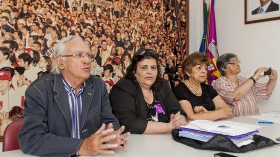 """António Campos (à esquerda, na fotografia) afirmou: """"vim visitar um amigo que está aqui detido e não sei qual é a razão por que está detido"""""""