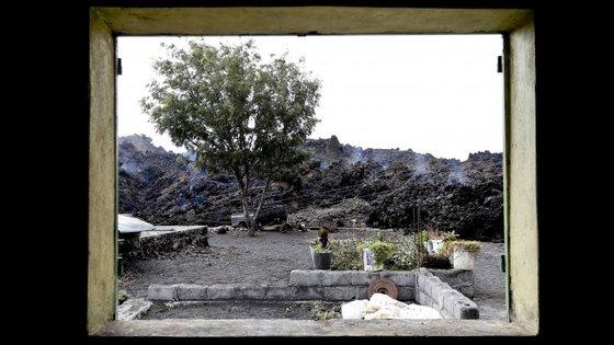 Frente de lava vista de uma habitação de Portela, situada no interior da cratera vulcânica da Ilha do Fogo