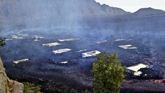 Todo o casario de Bangaeira está rodeado pela lava e, em Portela, permanecem de pé as paredes da Adega Cooperativa de Chã das Caldeiras