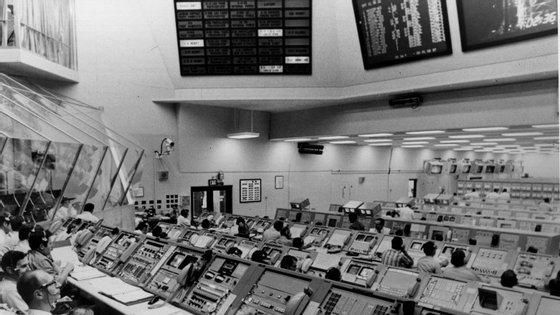 Sala de controlo no Centro Espacial Kennedy para viajar a missão Apollo 17