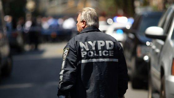 A polícia encontrou o suspeito no metro, com uma ferida de bala que parece ter sido autoinfligida