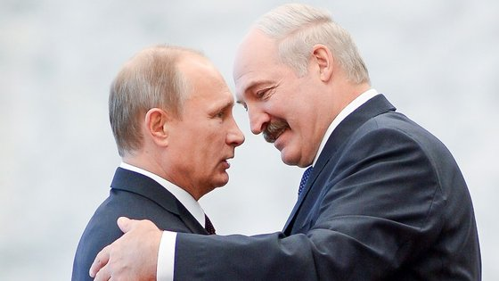 Lukashenko cumprimenta Vladimir Putin