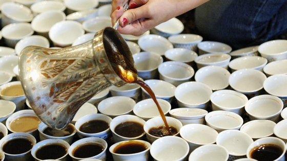 Chávenas brancas fazem parecer café mais amargo, diz estudo