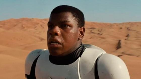 """O ator John Boyega rebateu as críticas no Instagram sobre vestir a roupa de um """"stormtrooper"""", no trailer do novo filme da saga."""