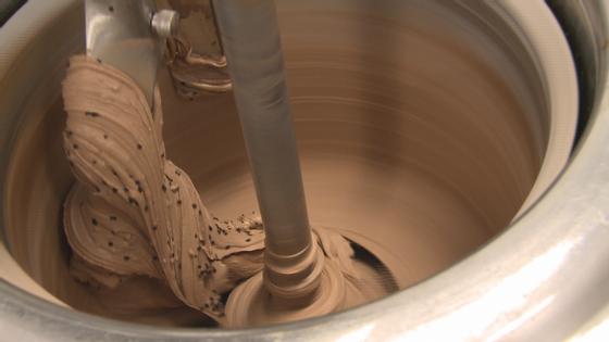 A produção do gelado envolve três fases, desde a lavagem das frutas até à passagem por uma sala secreta. O gelado de brigadeiro está já na fase final.