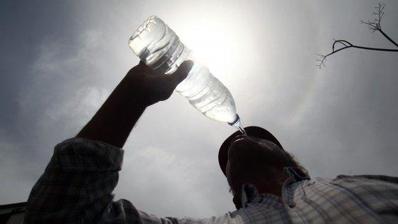 IPMA recomenda o uso de óculos de sol com filtro UV, chapéu, 't-shirt', guarda-sol e protetor solar.