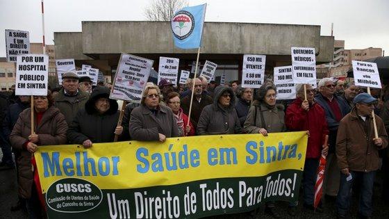 Manifestação de utentes frente ao Hospital Amadora-Sintra
