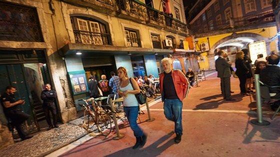 A vida noturna não mudou muito na Rua Nova do Carvalho (rua cor-de-rosa)