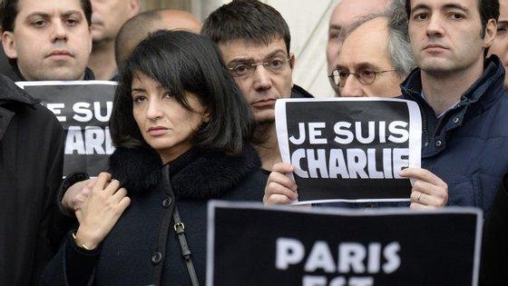 A mulher de Charb, Jeannette Bougrab e Eric Portheault, diretor financeiro do Charlie Hebdo, numa vigília em Paris