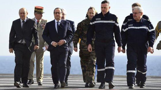 O Presidente francês François Hollande prometeu ainda rever o ritmo de redução de militares fixado na lei de programação militar