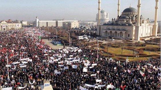 A manifestação teve como ponto central a mesquita de Grozny, uma das maiores do Cáucaso