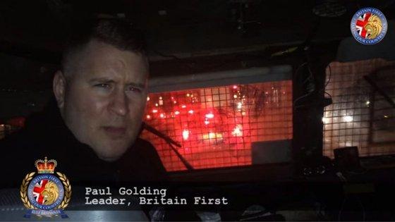 """Paul Golding, líder do """"Britain First"""", durante uma patrulha"""