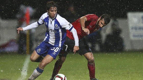 Óliver Torres marcou pelo terceiro jogo seguido e fechou o resultado num relvado que se pintou de poças de água e lama