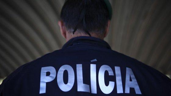 A PSP disse que disparou os tiros na sequência de uma carrinha da polícia ter sido apedrejada no bairro