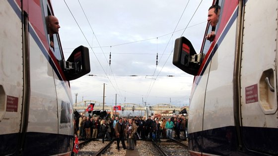 Várias centenas de trabalhadores ferroviários manifestaram-se em frente à sede da CP