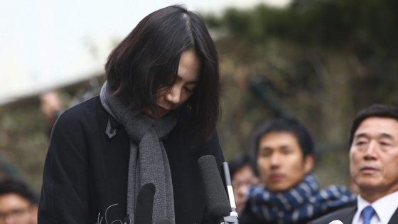 Cho Hyun-ah, de 40 anos, foi condenada por um tribunal de Seul por ter infringido as regras de segurança aérea