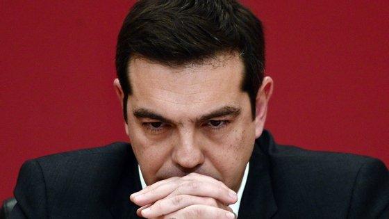 Tsipras cedeu à pressão do Eurogrupo. Agora, sobe a pressão dentro de portas.
