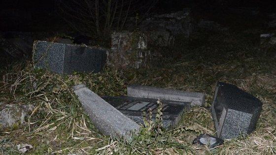 O crime ocorreu num cemitério da cidade de Sarre-Union, na região administrativa da Alsácia, no leste da França.