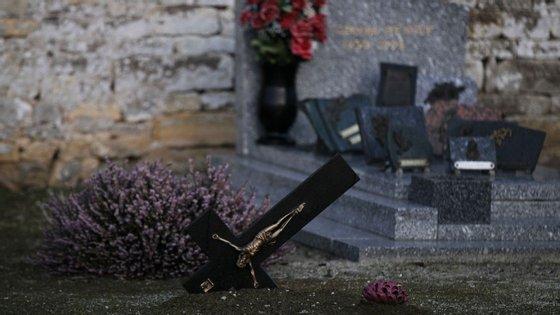 Cruzes enterradas de cabeça para baixo no cemitério cristão de Tracy-sur-Mer