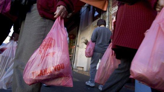 Taxa sobre os sacos de plástico vai render 40 milhões de euros aos cofres do Estado