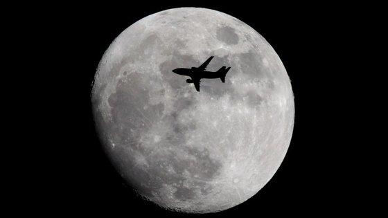 O tratado das Nações Unidas diz que nenhum Estado pode reclamar posse sobre a Lua ou outros corpos celestes