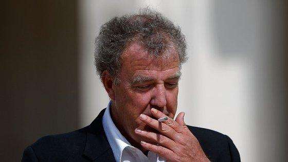 """Jeremy Clarkson já disse que está """"a beber uma cerveja"""" enquanto espera que """"a poeira assente"""" no caso"""
