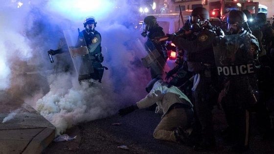 """Polícia de Ferguson, mas também a justiça da cidade, estavam envolvidas numa """"rotina"""" de discriminação contra a população negra local"""