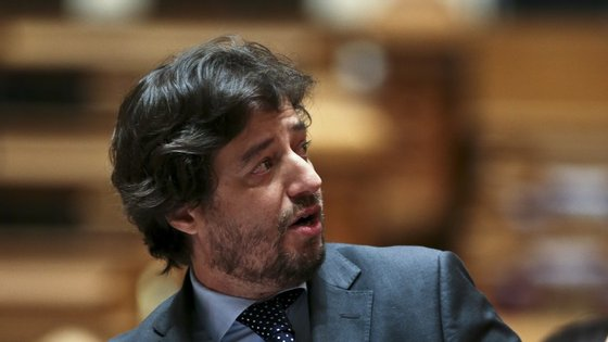 """Considerada uma """"matéria difícil"""", a descentralização tem vindo a ser """"discutida em inúmeras reuniões"""", disse Poiares Maduro"""