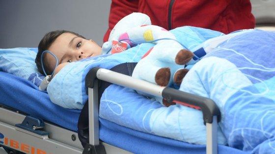 O menino submeteu-se a feixes de protões que parecem ter curado o cancro cerebral