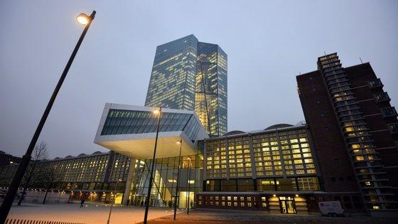 É criticada a dimensão das novas instalações do BCE onde se gastou cerca de 1,3 mil milhões de euros, segundo a Reuters