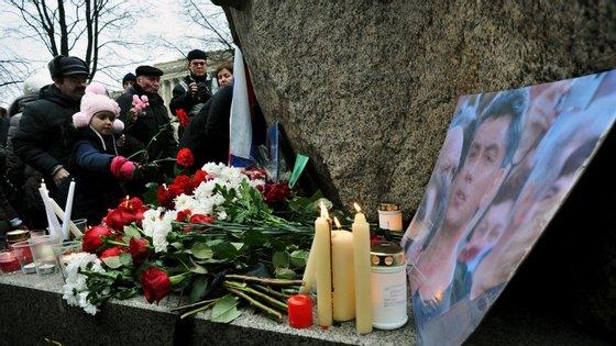 Homenagem a Boris Nemtsov junto ao monumento em honra dos prisioneiros políticos em São Petersburgo