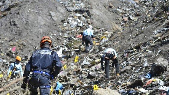 """Tinha 6 mil horas de voo e """"uma relação séria"""" com o trabalho, dizem os colegas sobre o comandante do voo que se despenhou nos Alpes"""
