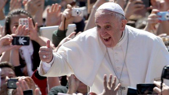 O Papa Francisco posa para a fotografia no Vaticano