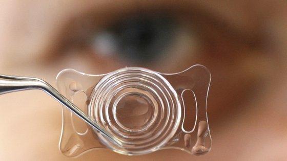 Uma fina camada telescópica feita de espelhos e filtros será incorporada nas lentes com cerca de 1.55 mm de espessura