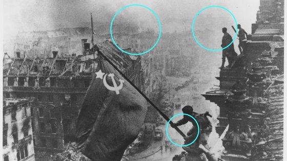 As áreas assinaladas marcam os pontos em que a imagem foi retocada para parecer mais heróica.