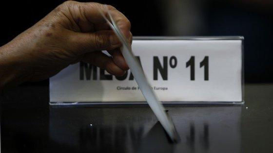 PS e PSD/CDS não se entendem quanto aos votos dos emigrantes. Mas se Cavaco Silva marcar entretanto as eleições, vai tudo por água abaixo