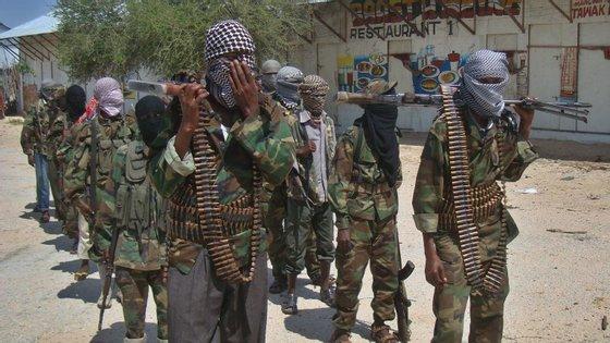 """O grupo islâmico somali 'shebab' reivindicou previamente o ataque contra o centro universitário.  """"O Quénia está em guerra com a Somália (…) Os nossos homens estão ainda no interior e em combate. A sua missão e de matar aqueles que são contra os 'shebab'"""", tinha referido por telefone à agência noticiosa AFP Cheikh Ali Mohamud Rage, um porta-voz do grupo islâmico."""