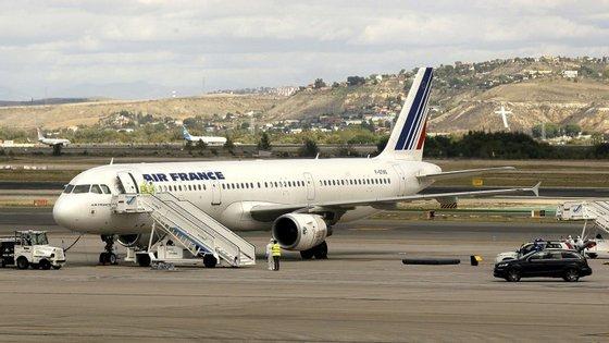 Os serviços mínimos poderão permitir que seja assegurado pelo menos 50% do tráfego em França