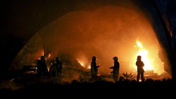 O incêndio de maiores proporções lavra em três frentes, em Nogueira, Sever do Vouga, no distrito de Aveiro.